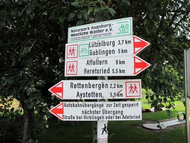 Kleine (unangenehme) Überraschung. Nur durch Zufall das untere Schild etwas genauer gelesen - wer ahnt denn  sowas? Die Autobahnüberquerung unserer Strecke war nicht möglich. Das bedeutete drei Kilometer Umweg, alternativ eine Erwähnung in den Verkehrsmeldungen ;-) 'Achtung Autofahrer, auf der A8 zwischen Augsburg und Ulm laufen Fußgänger auf der Fahrbahn'. Lieber doch nicht ...