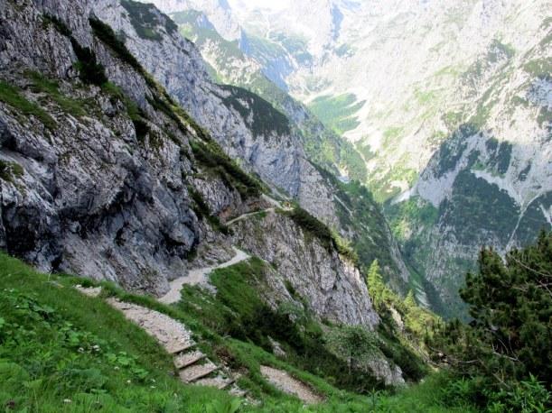 Abstieg ins Höllental auf diesem grandiosen in den Fels gehauenen Pfad - ein Maß an Trittsicherheit und Schwindelfreiheit sollte dabei sein. Am hinteren Wegrand sind die Knappenhäuser zu erkennen.