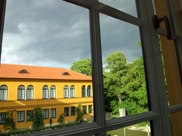 Dramatisches Licht im Garten des Lenbachhauses