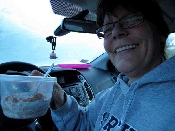 Frühstück im Auto nach einer frostigen Nacht!