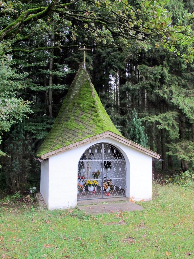 Kleine Hobbit-Kapelle am Wegrand
