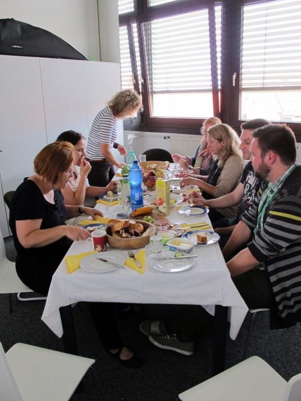 Gemütliche gemeinsame Mittags-Brotzeit