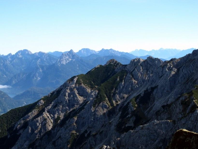 Osten, im linken Bildteil der Säuling, dahinter das Zugspitzmassiv