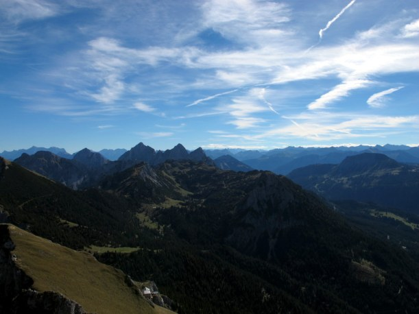 Südosten, am unteren Bildrand die Bad Kissinger Hütte, Blick zu den Tannheimer Gipfeln