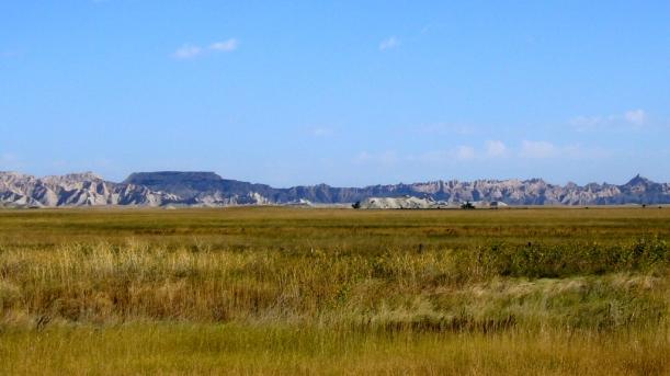 Die Kombination aus Verwitterungs-Landschaft und Grasprärie prägt die 'Badlands'